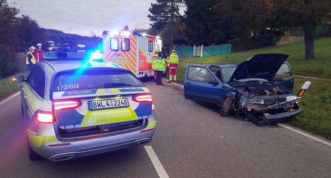 Tödlicher Unfall: Ein 59-jähriger Autofahrer starb nach einem Zusammenstoß auf der Straße von Pforzheim nach Dietlingen. Unklar ist derzeit, warum der Fahrer von der Bahn abkam.