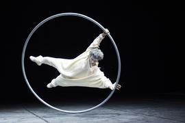 Akrobat Aime Morales am Cyr Wheel