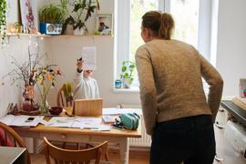 Ein Mädchen zeigt ihrer Mutter ein geschriebenes Blatt Papier. Wie ist die Situation von Frauen in der Corona-Krise? Verstärken sich in der Pandemie Geschlechterungleichheiten etwa bei Haushalt und Erziehung? +++ dpa-Bildfunk +++