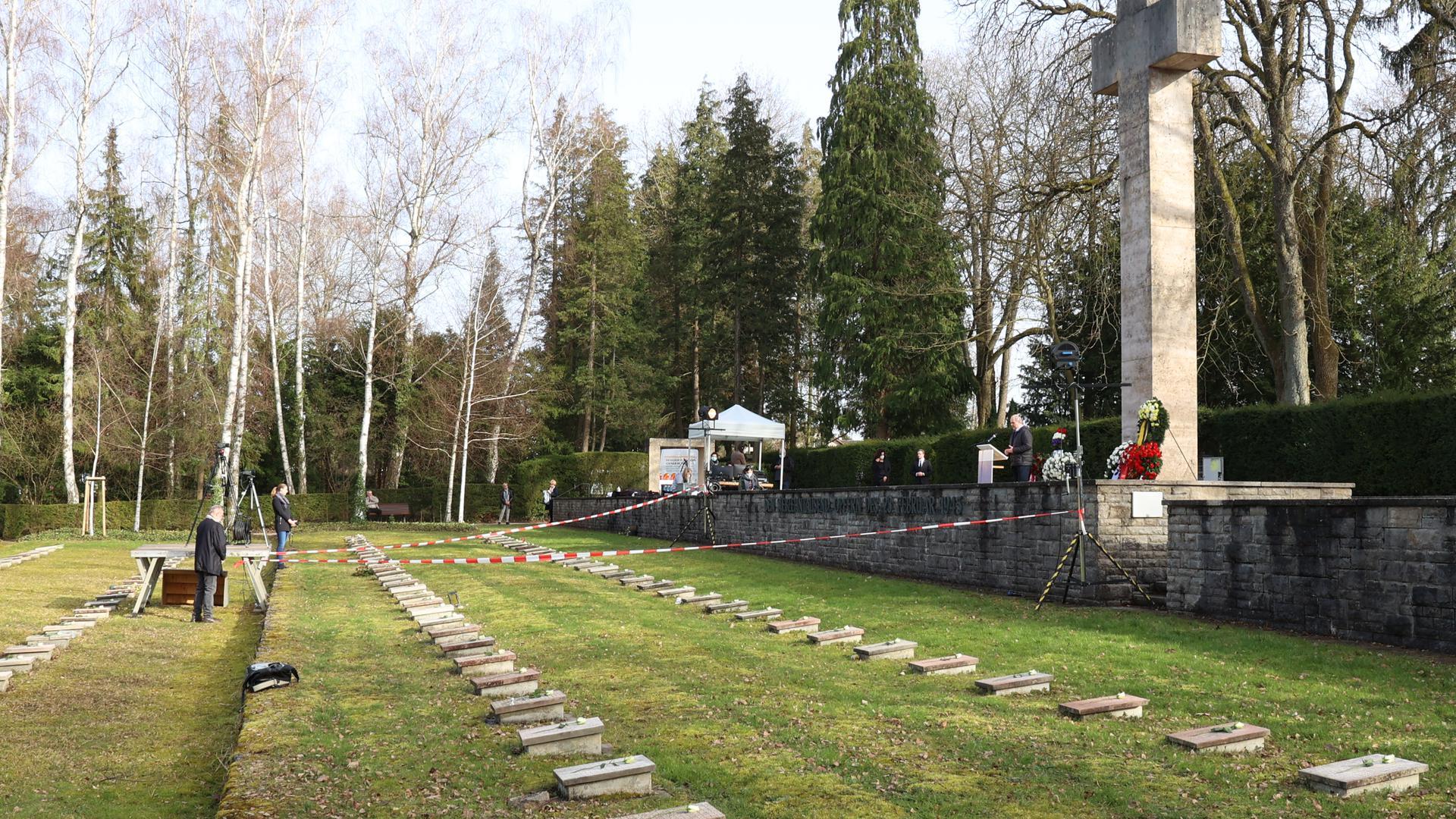 Unter Ausschluss der Öffentlichkeit: Die Gedenkfeier auf dem Pforzheimer Hauptfriedhof war für die Öffentlichkeit nicht zugänglich. Für die Übertragung per Livestream wurde zudem der zentrale Bereich mit Absperrband versehen.