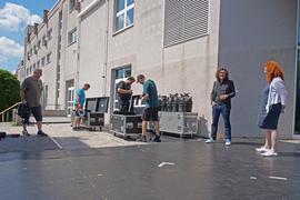 Während die Open Air Bühne abgebaut wird, zieht der Verwaltungsdirektor des Stadttheaters Pforzheim, Uwe Dürigen (2.v.r.), eine positive Blanz