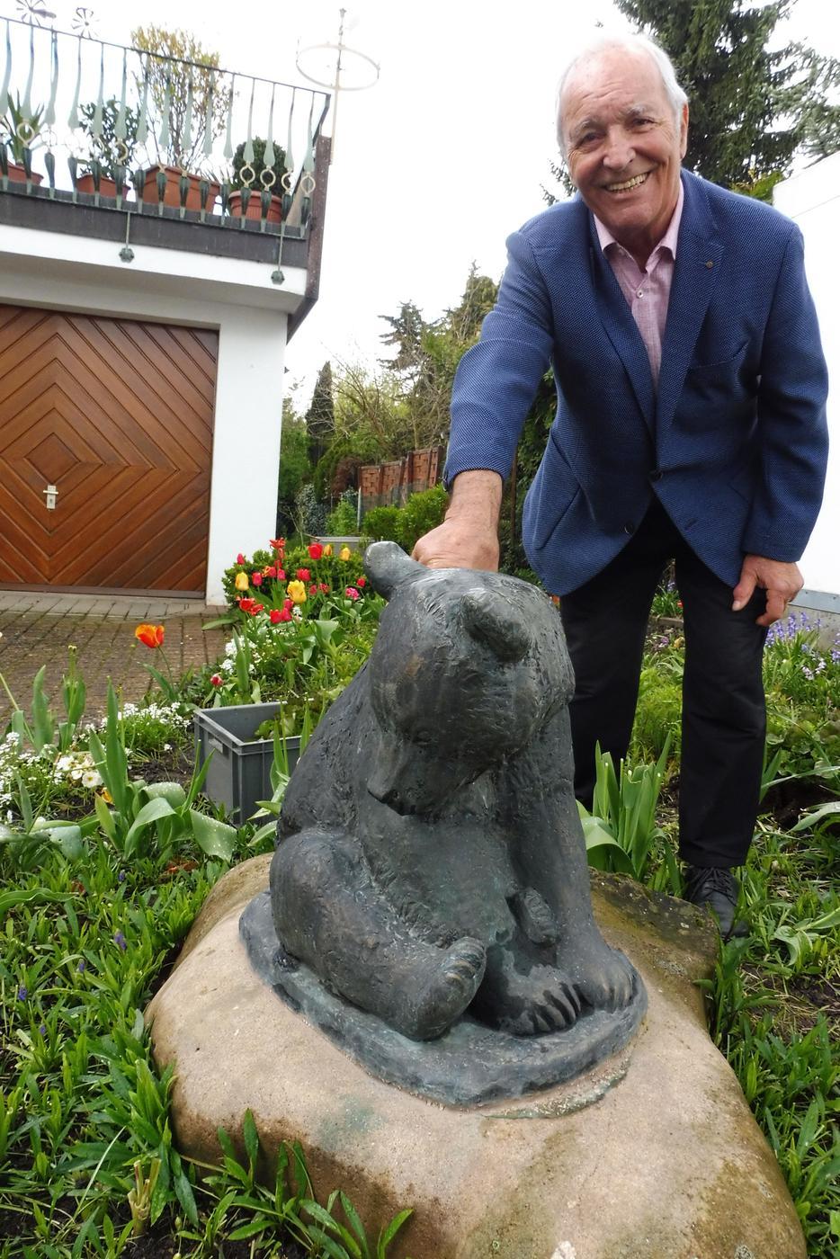 """Der """"Bärenwirt"""" und sein Bär: Adolf """"Addel"""" Steudle hatte die Skulptur vonseinem Stammtisch zu seinem 70. Geburtstag als Geschenk erhalten"""