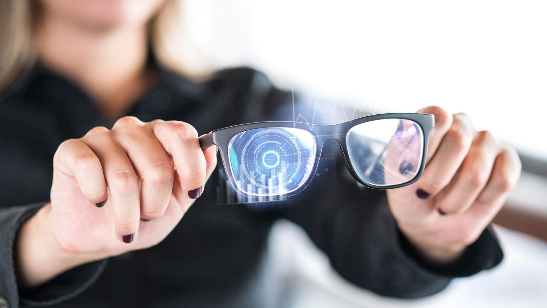 Für den Strom zum Bildschirm im Brillenglas hat das Ispringer Unternehmen OBE ein perfektes Scharnier entwickelt.