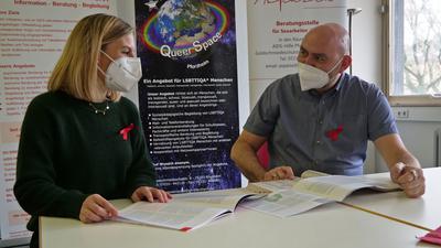 Claudia Jancura und Timur Fuhrmann-Piontek hoffen, dass sich noch ein Arzt meldet, der HIV-Patienten behandeln darf, ansonsten dorht vielen ihrer Klienten eine persönliche Katastrophe