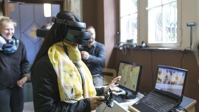 Leute mit VR-Brille beim Alfons & EMMA Quartiersfest in Pforzheim