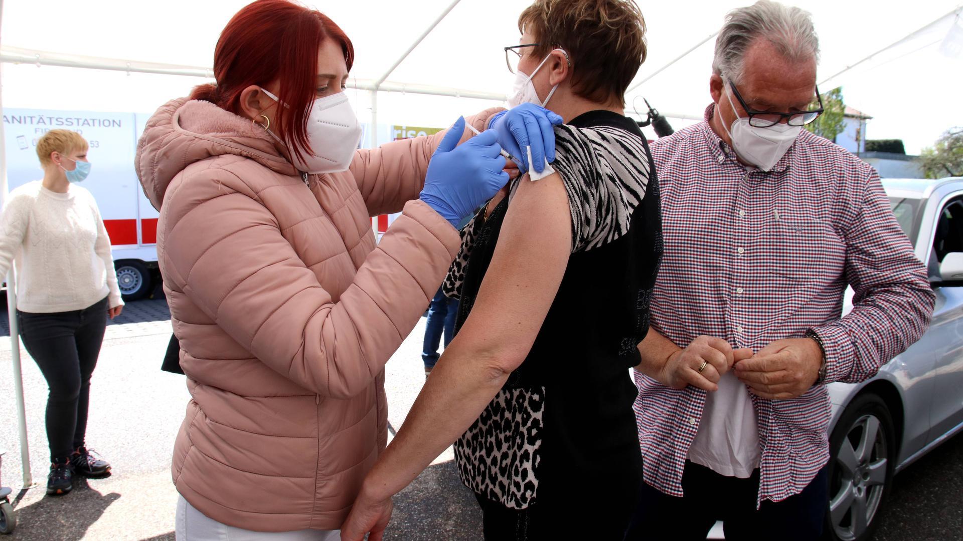 Zwei Leute beim Impfen