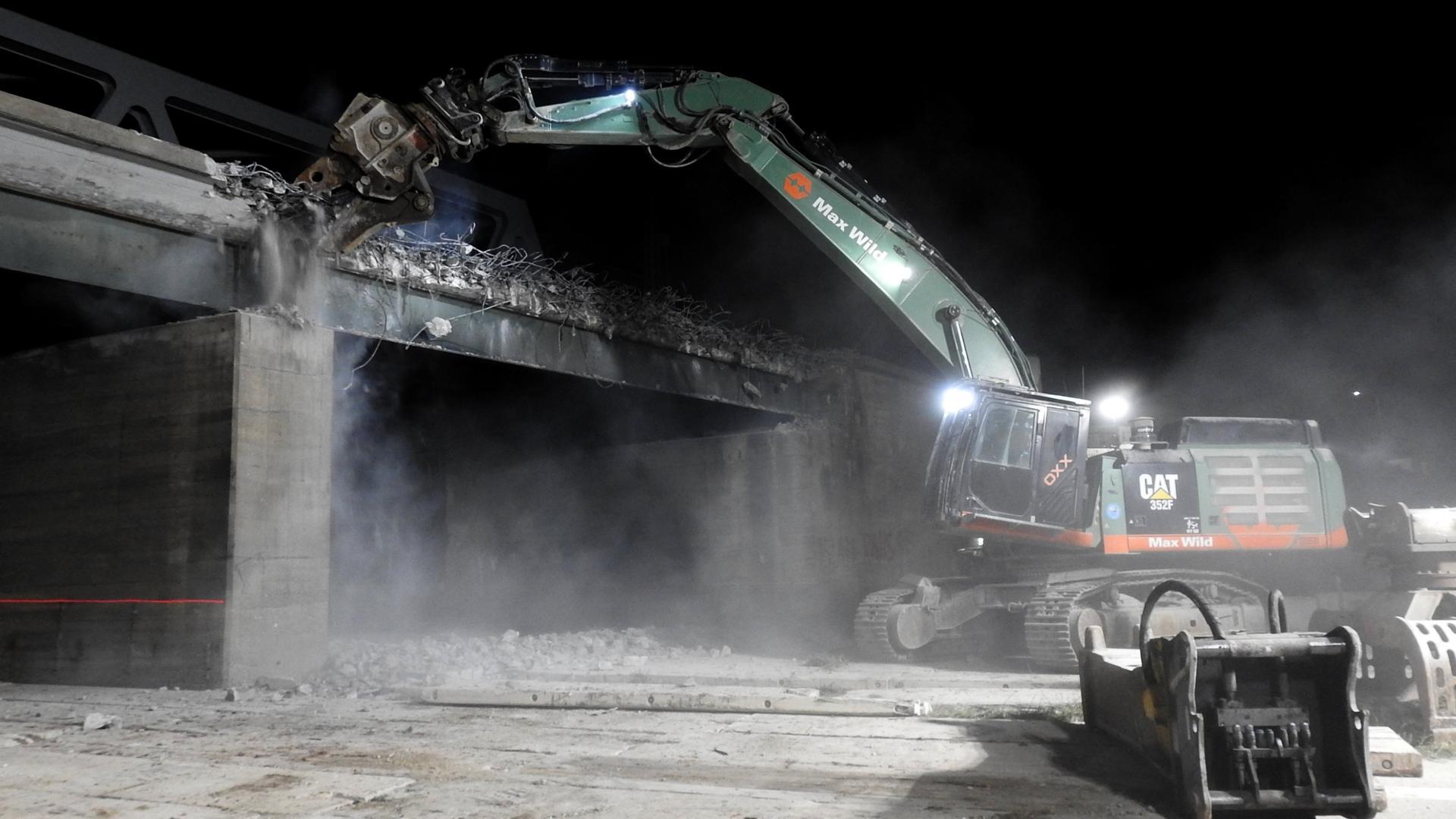 Bagger zerstört Brückenträger
