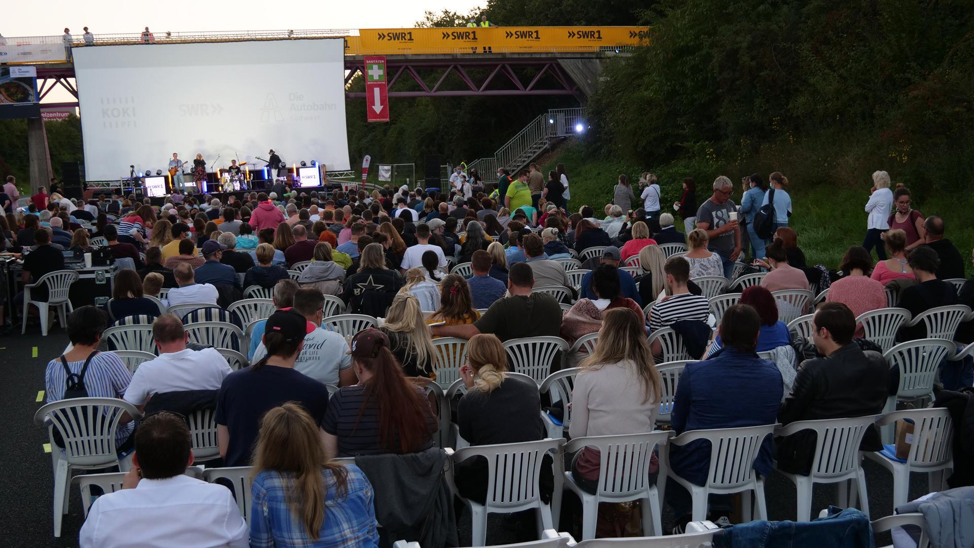 Eine 15 Meter breite Leinwand hing für das Open-Air-Kino von der Brücke.