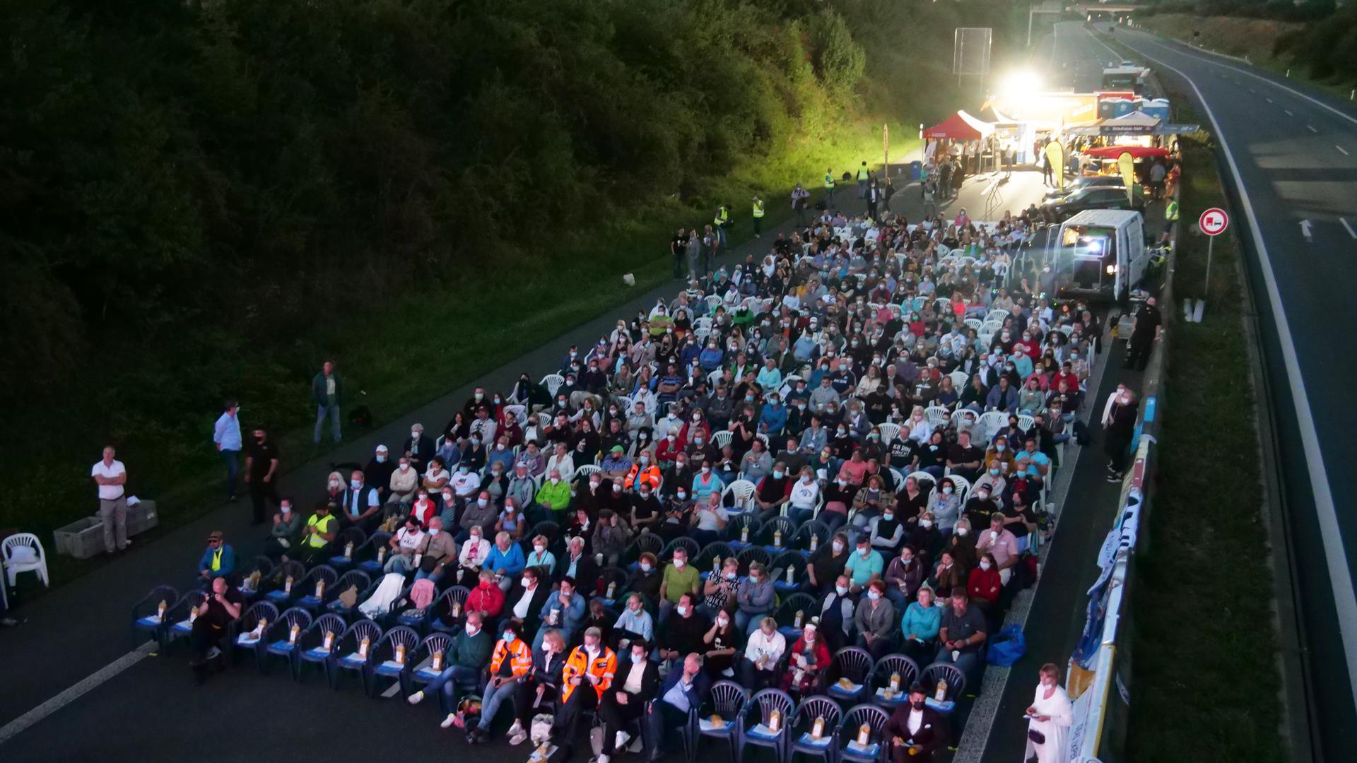 Publikum statt Autos auf einer leeren A8, ein Bild mit Seltenheitswert.