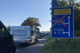Auch auf der B10 in Pforzheim-Eutingen, kurz vor Auffahrt auf die A8, staut sich der Verkehr.