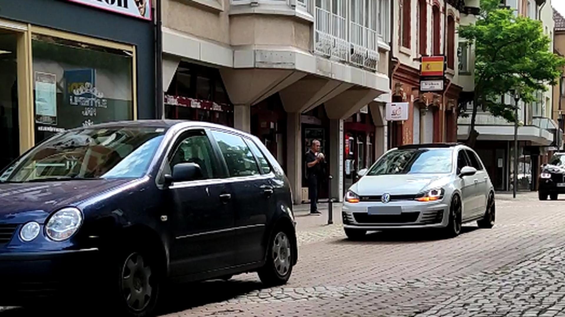 Autos in Brötzingens Fußgängerzone
