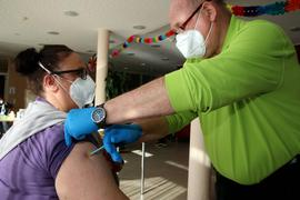 """Vollständig geimpft: Seit Freitag suchen die mobilen Impfteams Heime zum zweiten Mal auf, wie am Freitag das Heim """"Sonnhalde"""" in Neuenbürg. In Knittlingen dagegen dürfte es noch einen Monat dauern, bis es einen Impftermin gibt."""