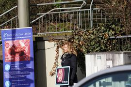 """An der Kreuzung: Pavica Vojnovic von """"40 Tage für das Leben"""" bei der Mahnwache."""
