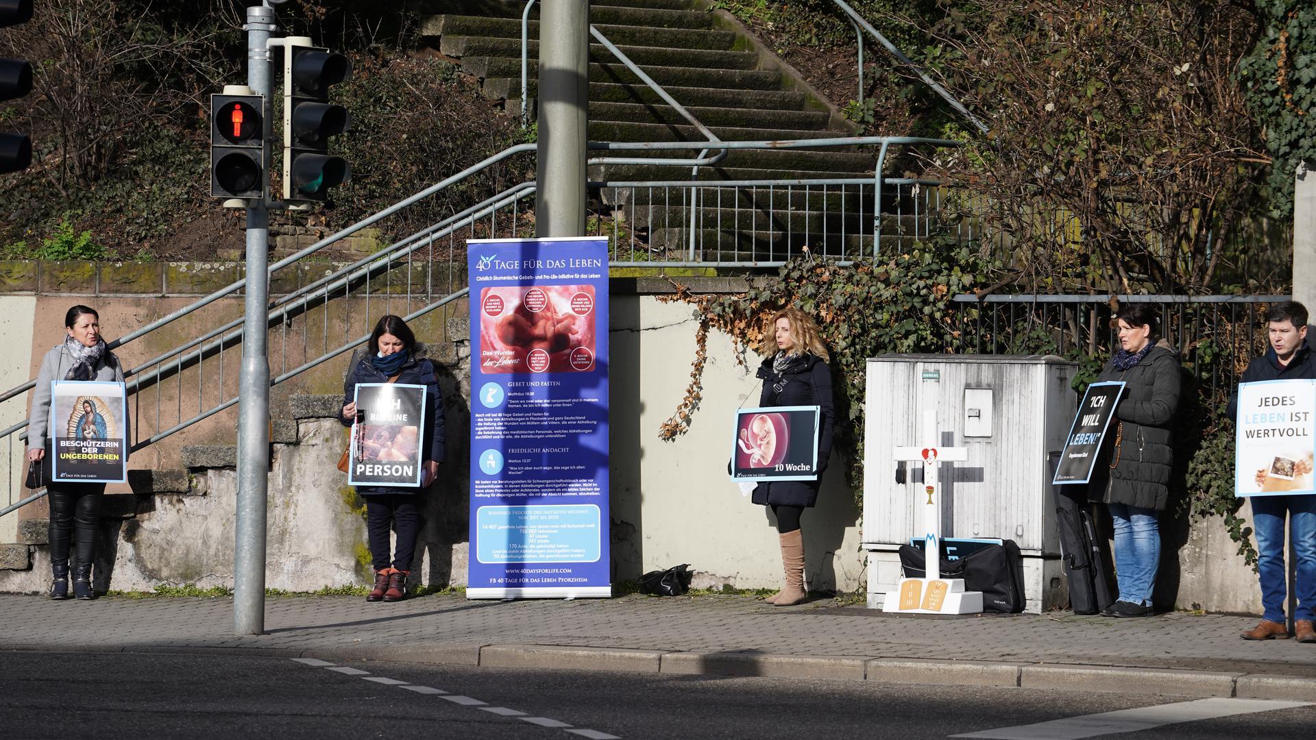 """Mahnwache: Die Abtreibungsgegner von """"40 Tage für das Leben"""" beteten am Samstag an der Kreuzung Östliche und Parkstraße."""
