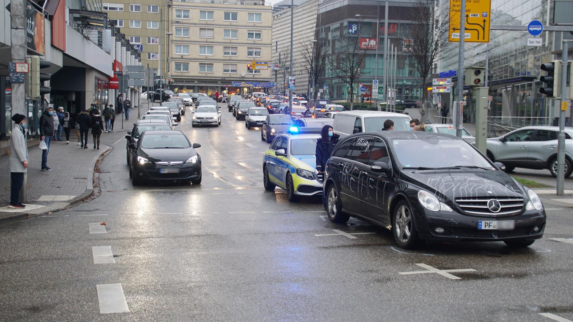 Kreuzung Zerrennerstraße. Polizei kontrolliert Auto