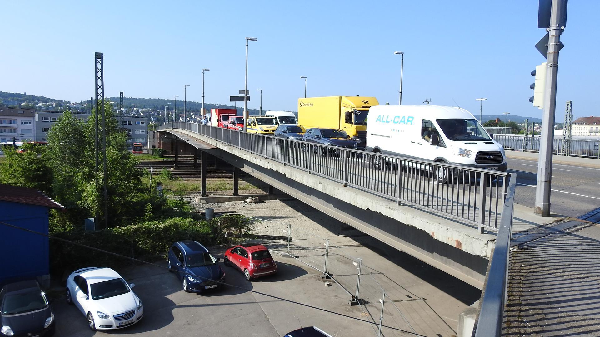 Verkehr auf der Nordstadtbrücke an der Ampel zur Güterstraße