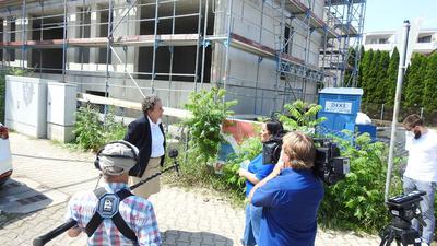 ARD-Filmteam macht in der Redtenbacher Straße Aufnahmen für einen Mittendrin-Beitrag zu den Tagesthemen am Mittwoch, 28.07.2021. Redakteurin ist Jenni Rieger, für Pforzheim spricht Bürgermeisterin Sibylle Schüssler (links).