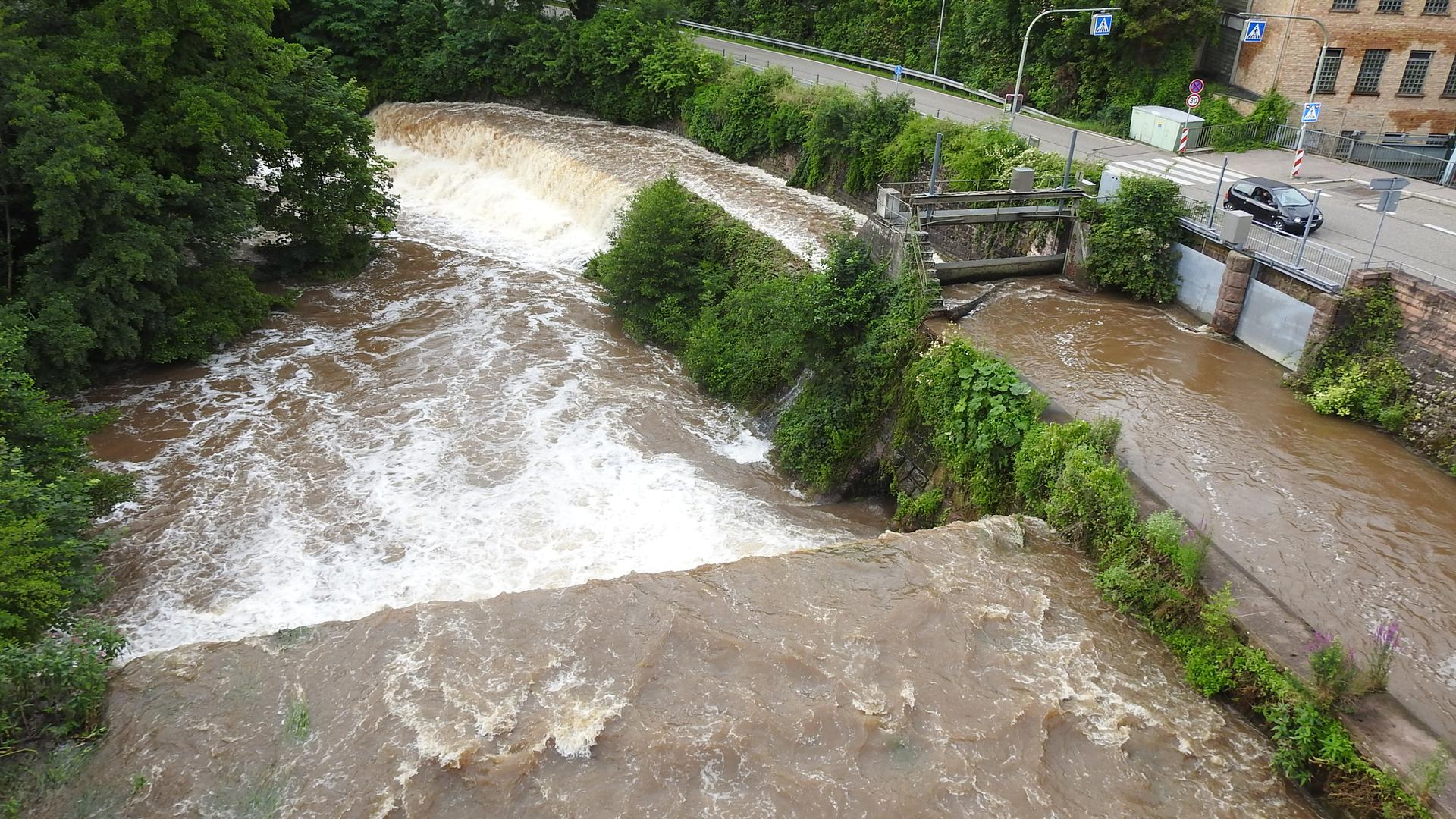Deutlich mehr Wasser als sonst: Wegen der starken Regenfälle ist der Pegel der Pforzheimer Flüsse wie der Nagold gestiegen. Ein Problem ist das allerdings nicht, vor allem weil es in den nächsten Tagen wärmer und trockener werden soll.