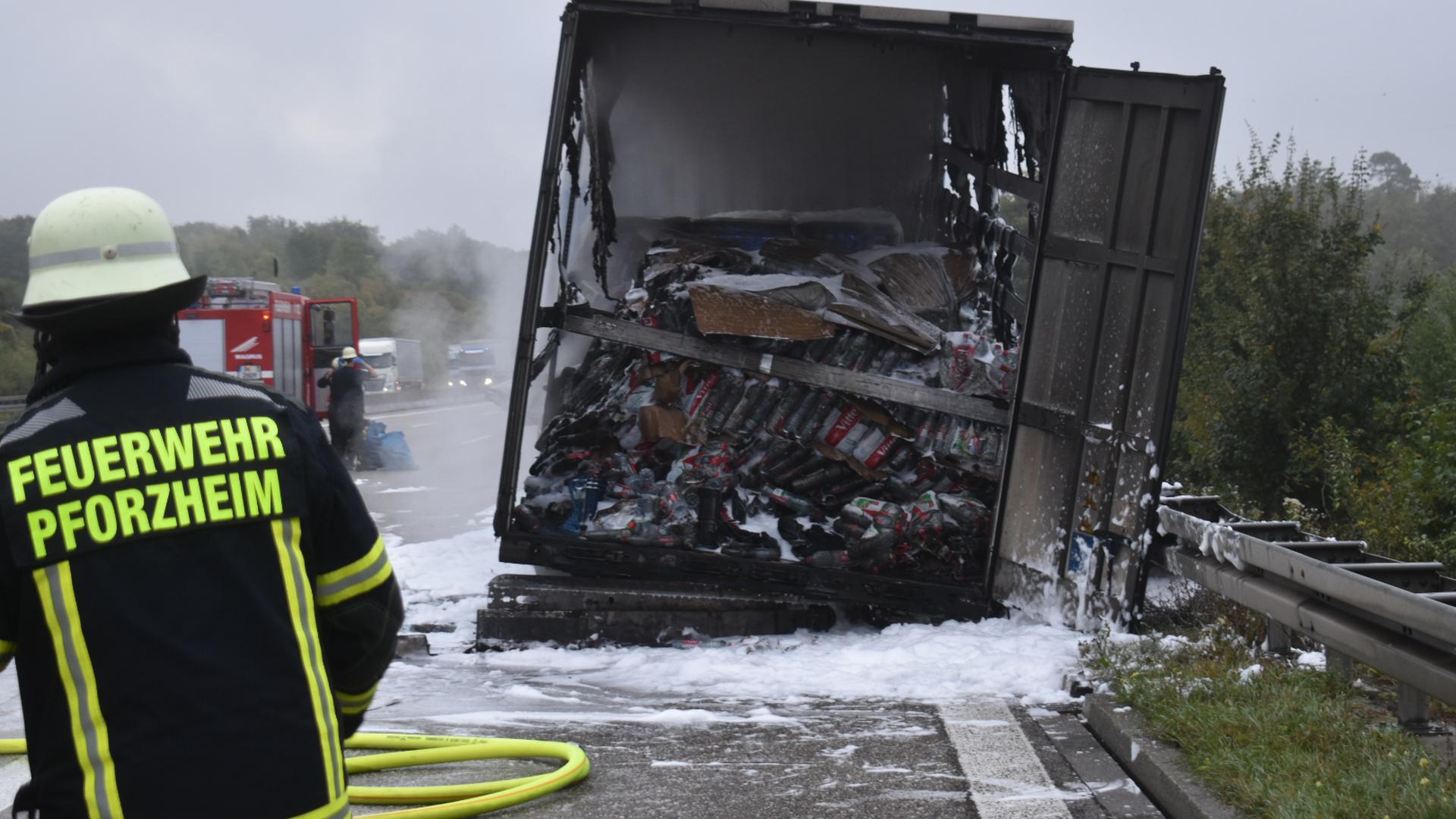 Der Brand eines LKW-Aufliegers hat am Dienstagmorgen für erhebliche Behinderungen auf der A8 bei Pforzheim gesorgt.