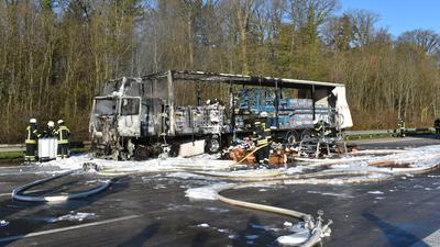 In Vollbrand: Das Führerhaus eines Sattelzugs brannte aus ungeklärter Ursache völlig aus. Der Fahrer konnte sich rechtzeitig in Sicherheit bringen. Die Autobahn musste während der Bergungsarbeiten gesperrt werden.