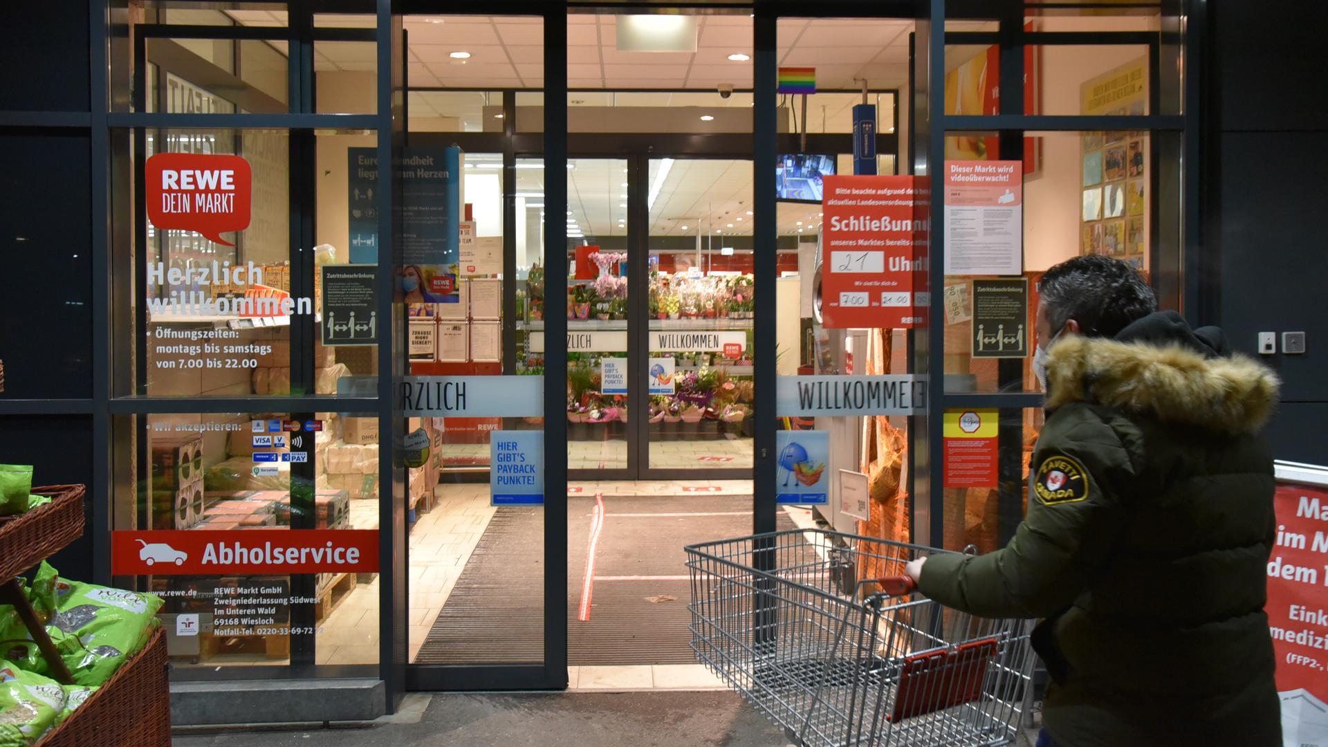 Einkaufen bis kurz vor knapp: Während einige Drogerie- und Supermärkte die möglichen Öffnungszeiten ausreizen, verlängerten andere  sie nur etwas nach hinten. Die meisten Supermarktgänge bleiben am späten Abend nahezu leer.