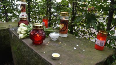 Kerzen und Blumen zur Erinnerung an getöteten 31-Jährigen in Pforzheim