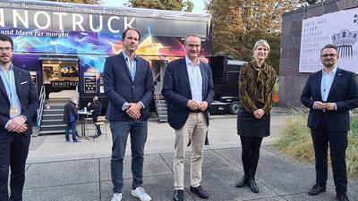 Digitalisierungsbeauftragter Kevin Lindauer, Steffen Braun, Gunther Krichbaum, MdB Frauke Janßen, OB Peter Boch vor Innotruck