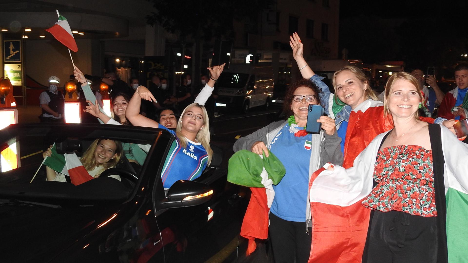 Im Cabrio oder zu Fuß: Italienische Fußballfans feiern in der Pforzheimer Innenstadt.