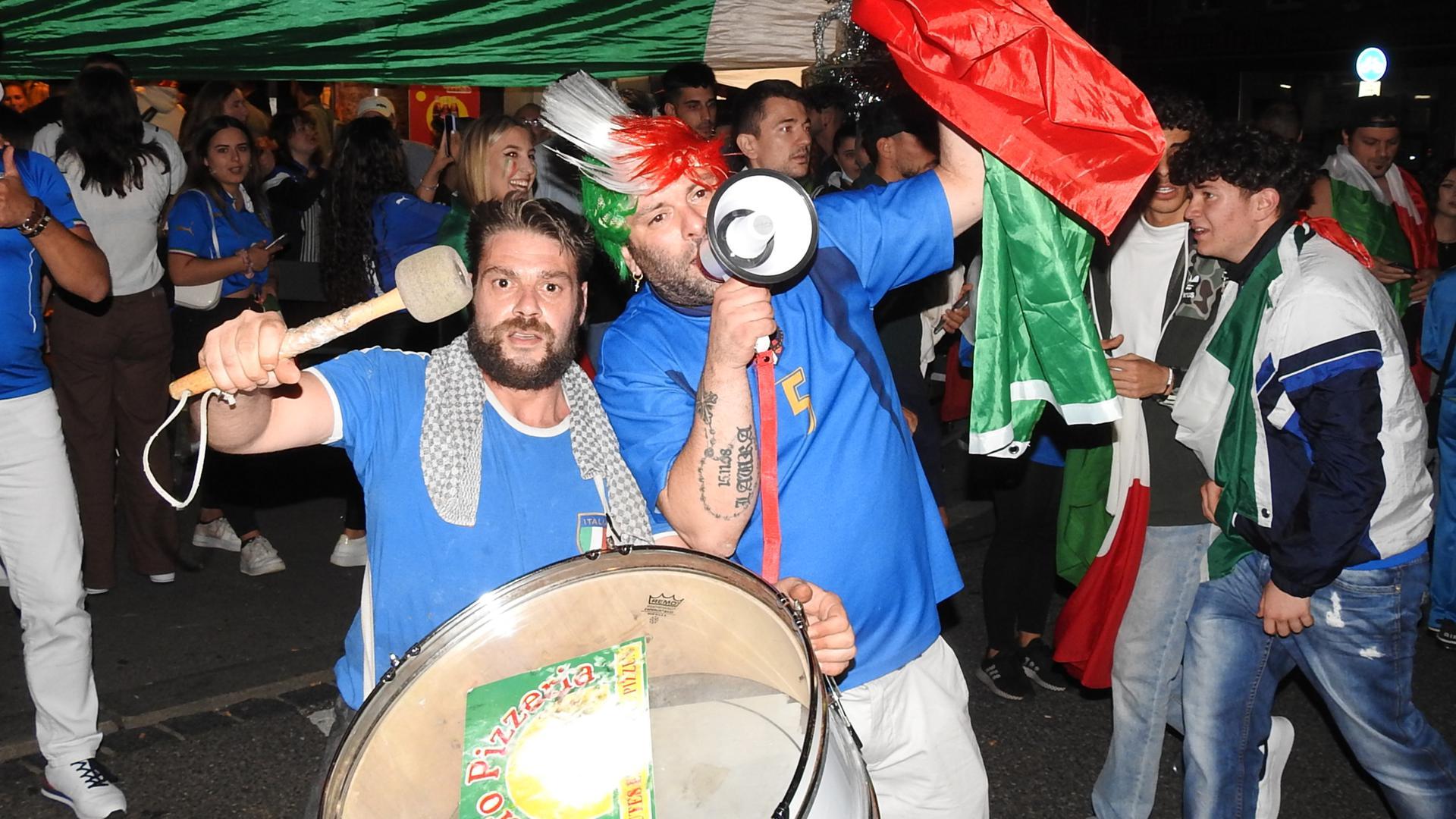 Mit Trommel und Megaphon: Diese Fans sorgen vor der Pizzeria am Schloßberg in Pforzheim für Stimmung.