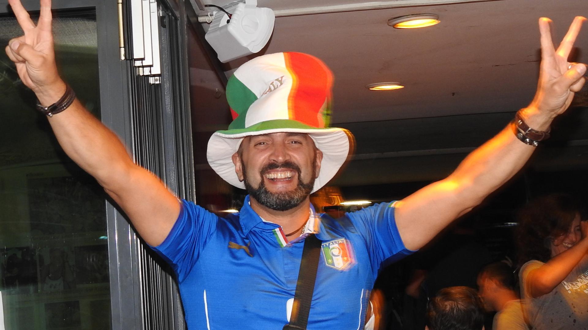 Grinst im Kreis: Vincenzo Urso freut sich nach dem Sieg der italienischen Mannschaft nach dem Elfmeterschießen.