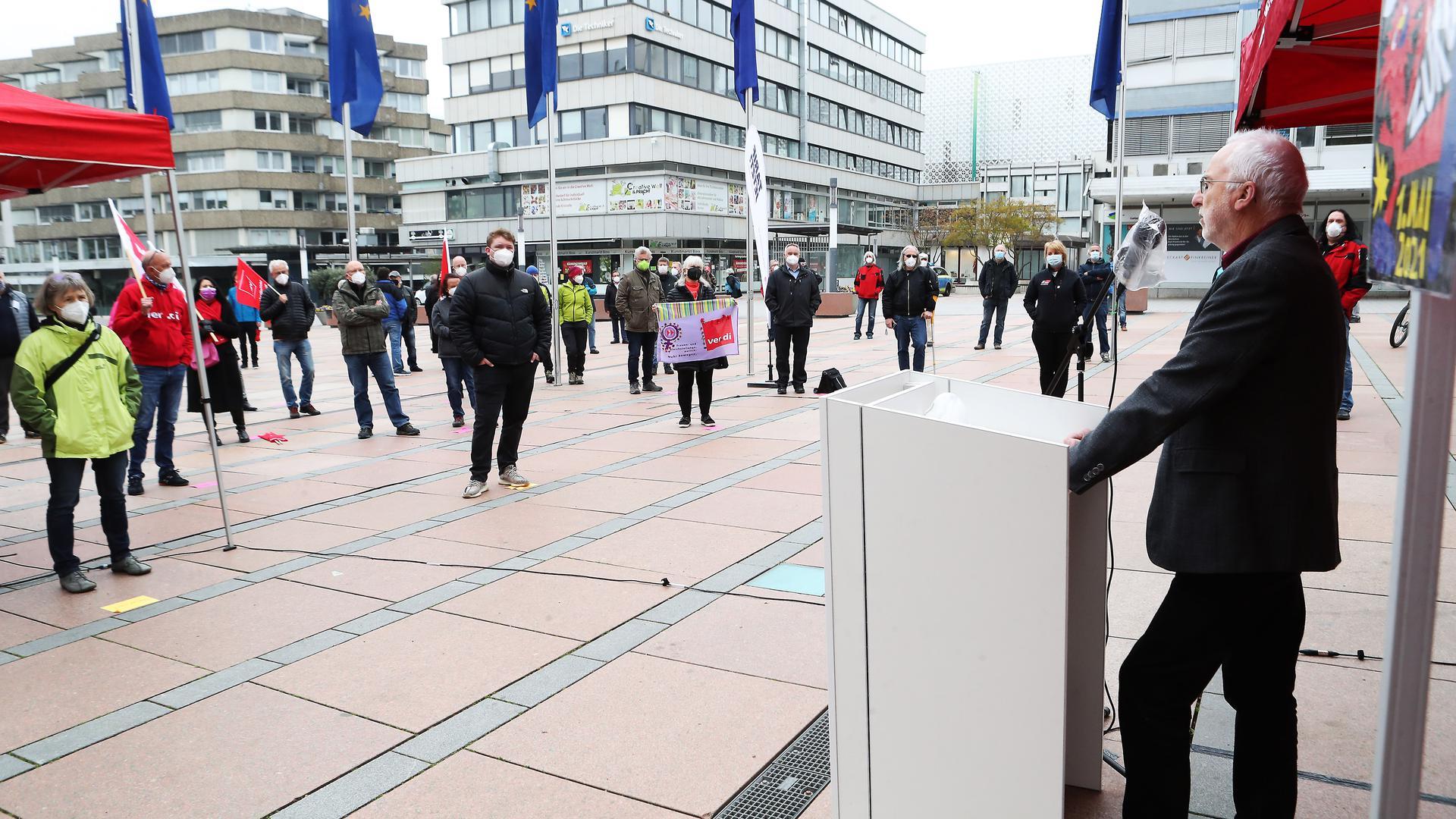 Egger Holger rechts_Hauptredner_Maikundgebung Marktplatz Pforzheim_Engeser Marianne links grün CDU_Herkens Felix Mitte vorne Grüne MdL