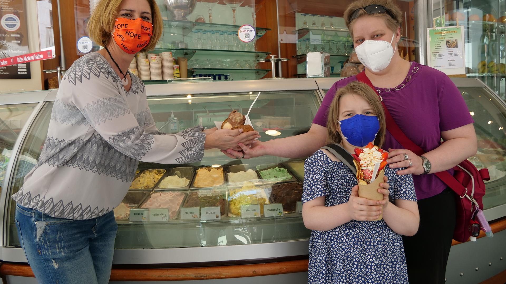 Kinder mögen klassische Eissorten, Erwachsene experimentieren auch gerne, weiß Serena Meduri (links)