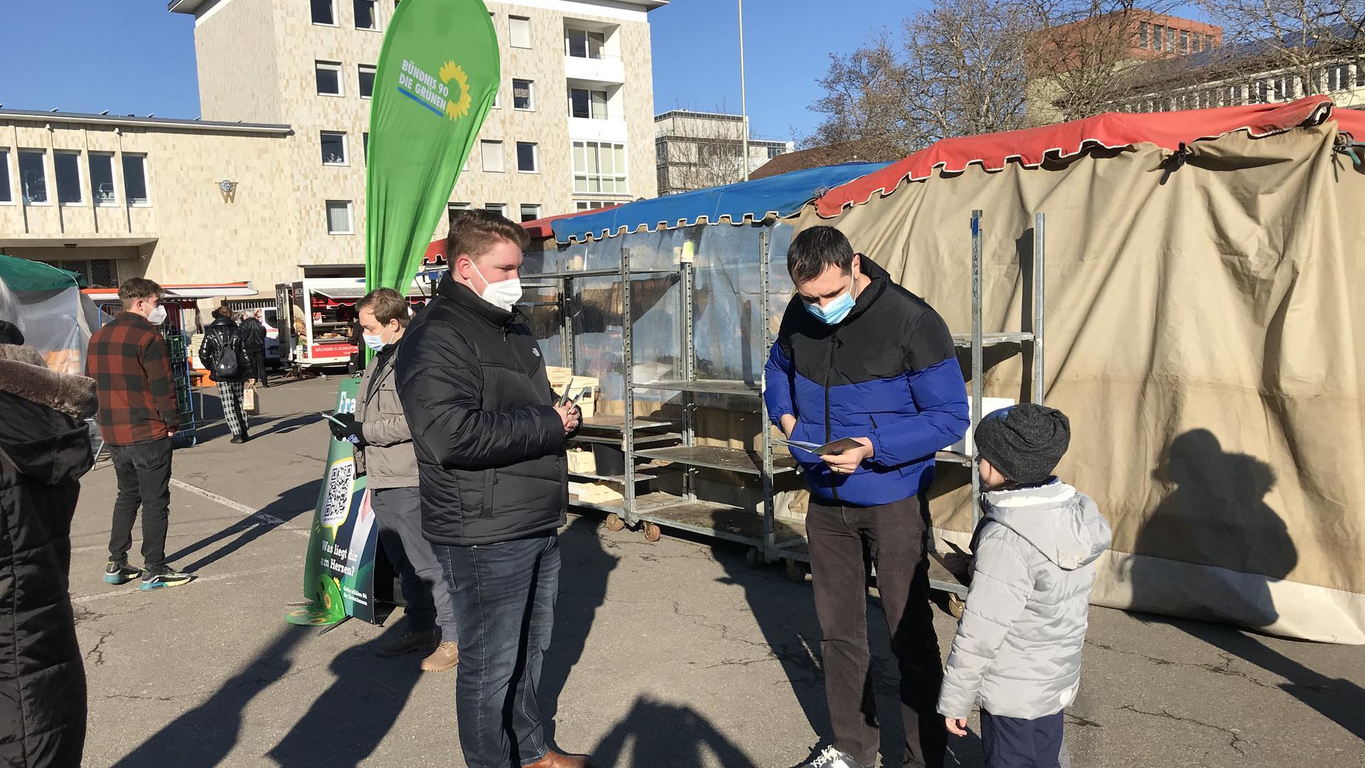 Landtagskandidat Felix Herkens von Bündnis 90/Die Grünen hat Stefan Slamnoiu ein Programm gegeben.