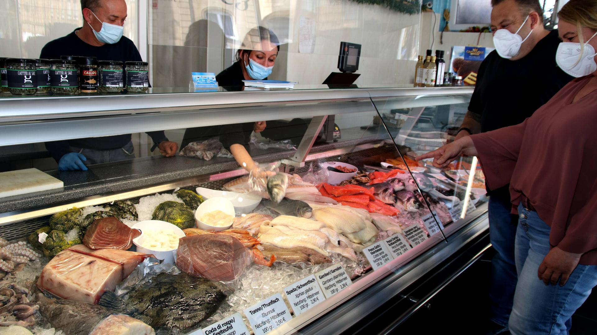 Vier Personen im Fischgeschäft