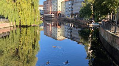 Die Enz vom Goldschmiedesteg in der Pforzheimer Innenstadt