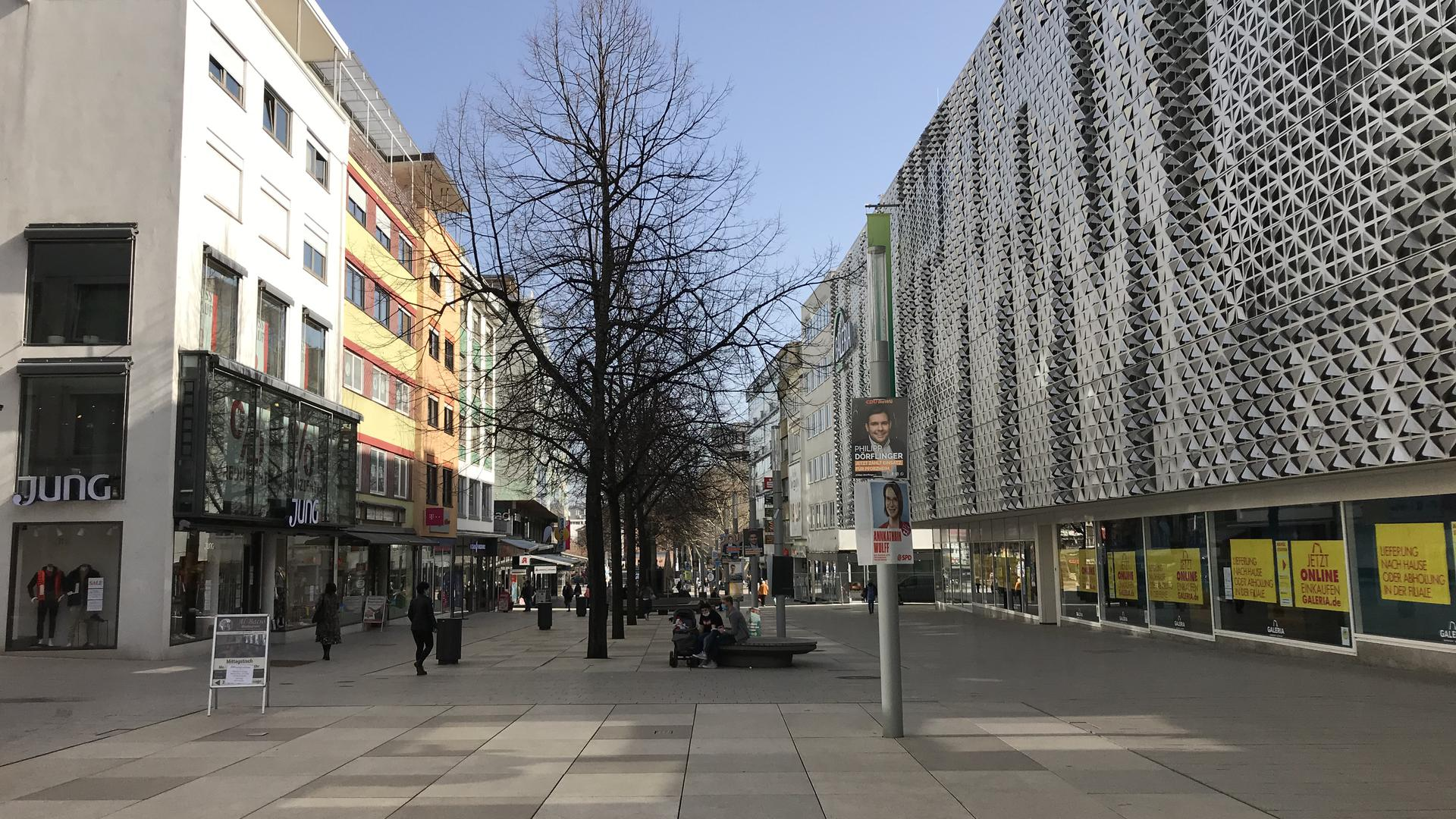 Fußgängerzone Pforzheim mit Blick in Richtung Osten zum Marktplatz. Links Jung, rechts Galeria Kaufhof