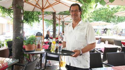"""Es ist angerichtet: Gastronomen Norbert Kieselbach, Betreiber des Lokals """"La Piazza"""" am Sedanplatz, freuen sich zwar über die jüngsten Lockerungen, sind dennoch unzufrieden mit Corona-Auflagen wie die """"Drei-G-Regeln""""."""