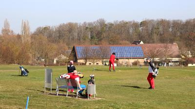 Spielbetrieb gestartet: Auf dem Golfplatz auf dem Karlshäuser Hof wird dank des milden Wetters wieder gespielt. Der Karlshäuser Hof ist außerdem für 2021 als Trainingsstandort für die Jugendarbeit des Baden-Württembergischen Golfverbands ausgewählt worden.