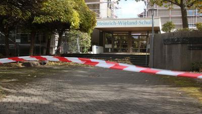 Die Heinrich-Wieland-Schule in Pforzheim ist mit Flatterband abgesperrt. Das Sturmtief hatte ein Baugerüst beschädigt.