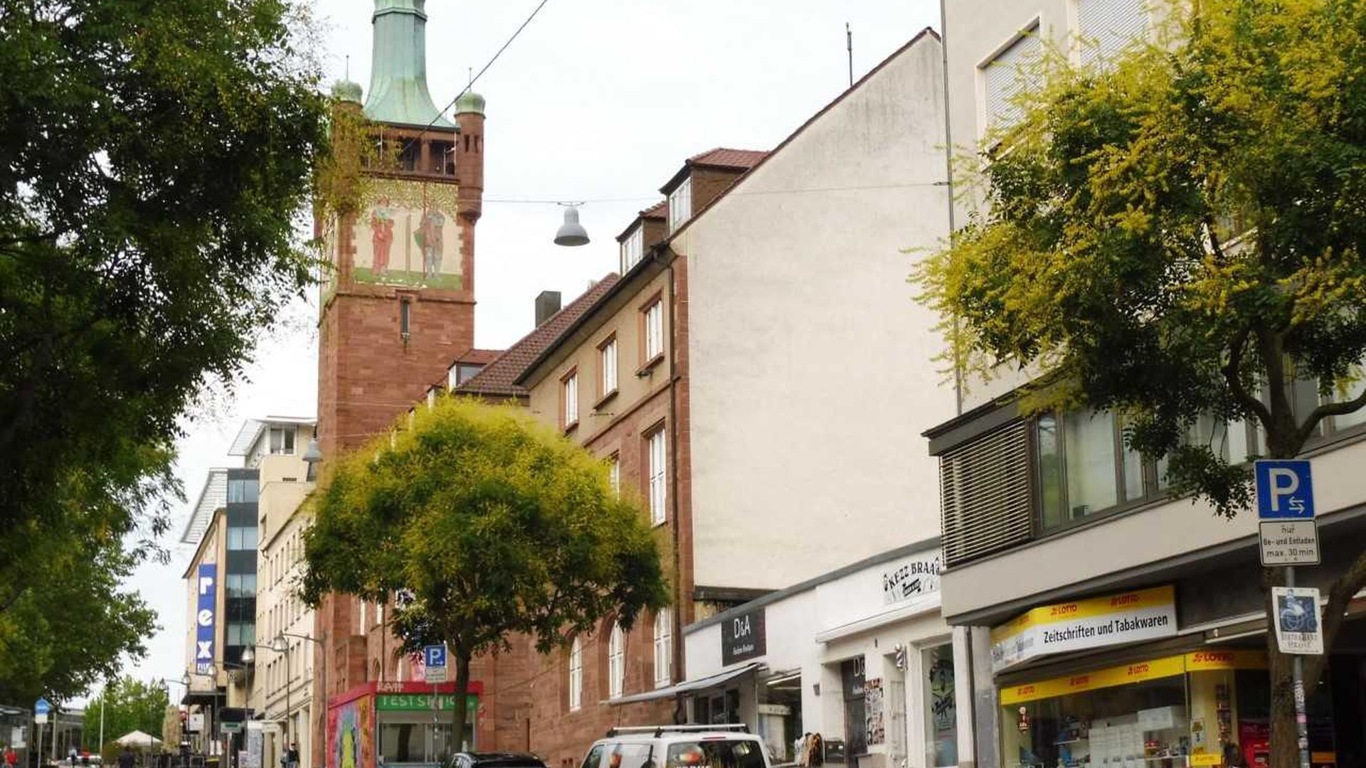 """Auch nach über 70 Jahren noch ein Provisorium: das  Areal der ehemaligen """"Weinkellerei H. Brenk"""" an der  Bahnhofstraße."""