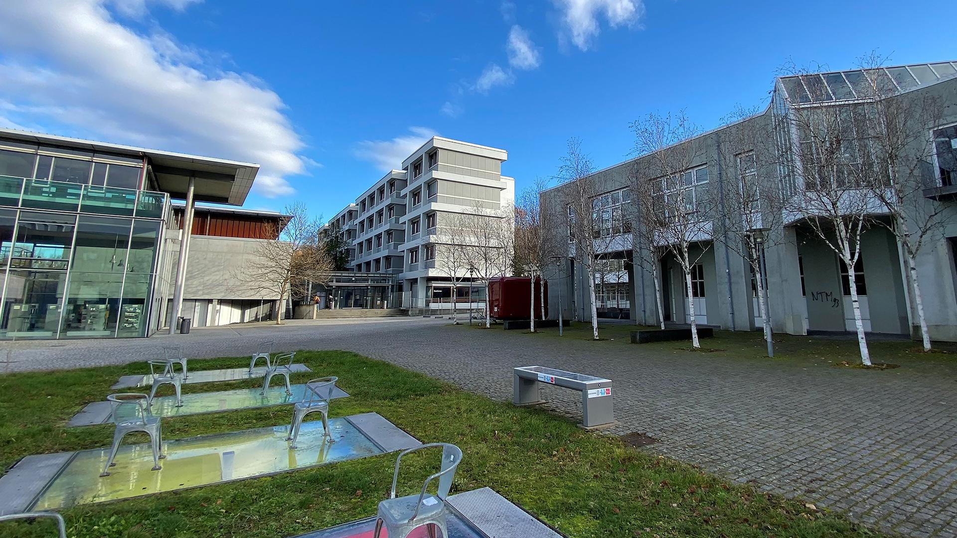 Hochschule Pforzheim mit Bibliotheksbau (links), Fakultät für Wirtschaft (hinten) und Rekoratsgebäude rechts. Im Vordergrund Kunst am Bau.
