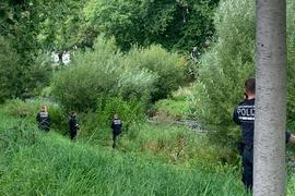 Polizisten durchsuchen Gelände