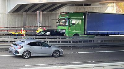Autobahnunfall mit einem Laster und einem Auto