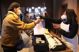 Nachfrage gestiegen: Im Laufe der vierwöchigen Vesperkirche in der Stadtkirche haben Helfer wie Sandra Volz-Dofek (rechts) rund 11.000 warme Essen und täglich über 400 Vesperpakete an Gäste ausgegeben.