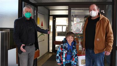 Hereinspaziert: An den Grundschulen wie der Weiherbergschule hat am Montag für die Klassen 1 und 2 stundenweise der Präsenzunterricht wieder begonnen. Jonas Traub freute sich mit seinem Vater Thorsten Traub über den Neustart.