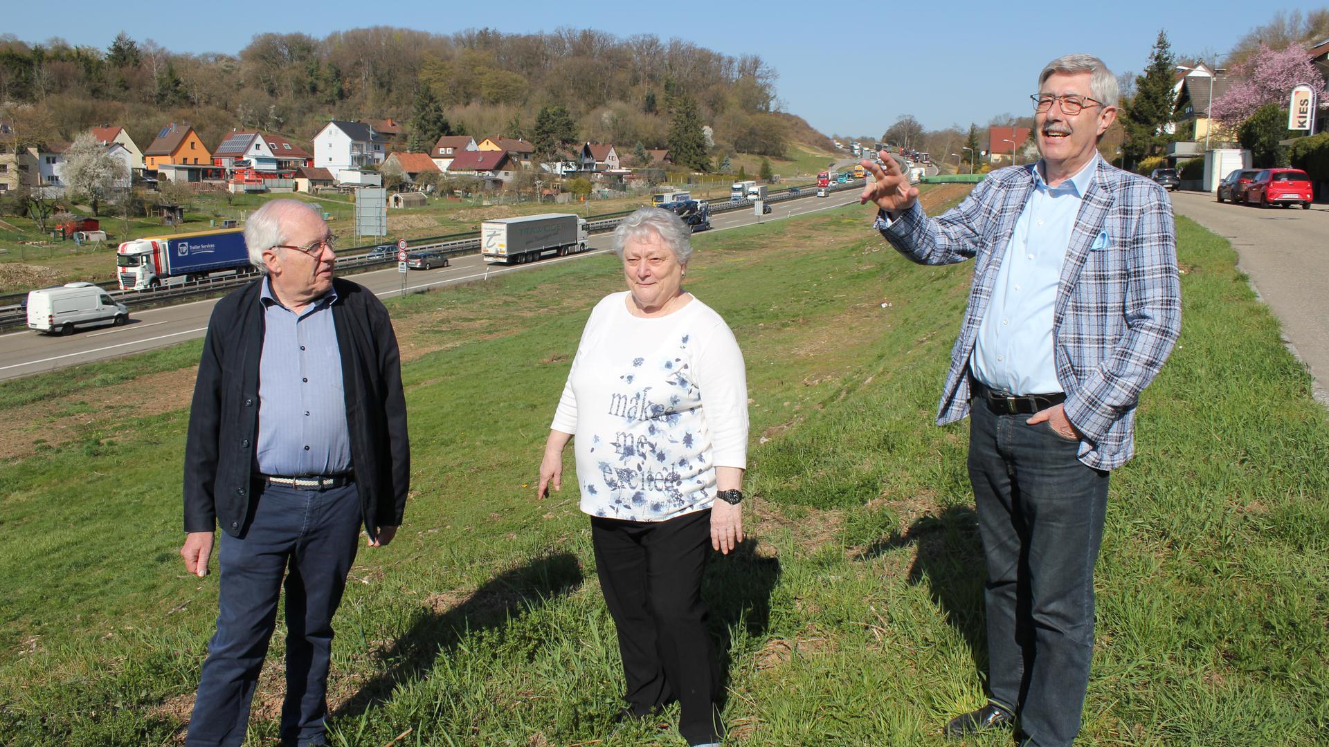 Panoramablick auf die Lärmquelle: Josef Eberhardt aus Eutingen (von links) sowie Ulrike Rexer und Bernd Schuster (beide aus Niefern) hoffen, dass der Ausbau der A8 bald losgeht und auch Lärmschutzmaßnahmen umgesetzt werden.