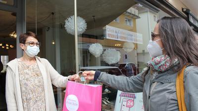 """Kundenkontakt auf Sparflamme: Pforzheimer Einzelhändler wie Astrid Tasoglu (links) bieten derzeit Einkauf per Abholung an. Viele befürchten jedoch, dass sie ihren Laden ab Montag wieder ganz schließen müssen, wenn das Land die """"Notbremse"""" umsetzt."""