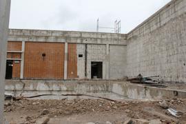 Nur das Grundskelett steht noch: Wo jahrzehntelang geschwommen wurde, befindet sich aktuell nur noch eine leere Grube. Das Huchenfelder Hallenbad wird derzeit abgerissen. Bis Ende 2024 soll ein neues Bad entstehen.