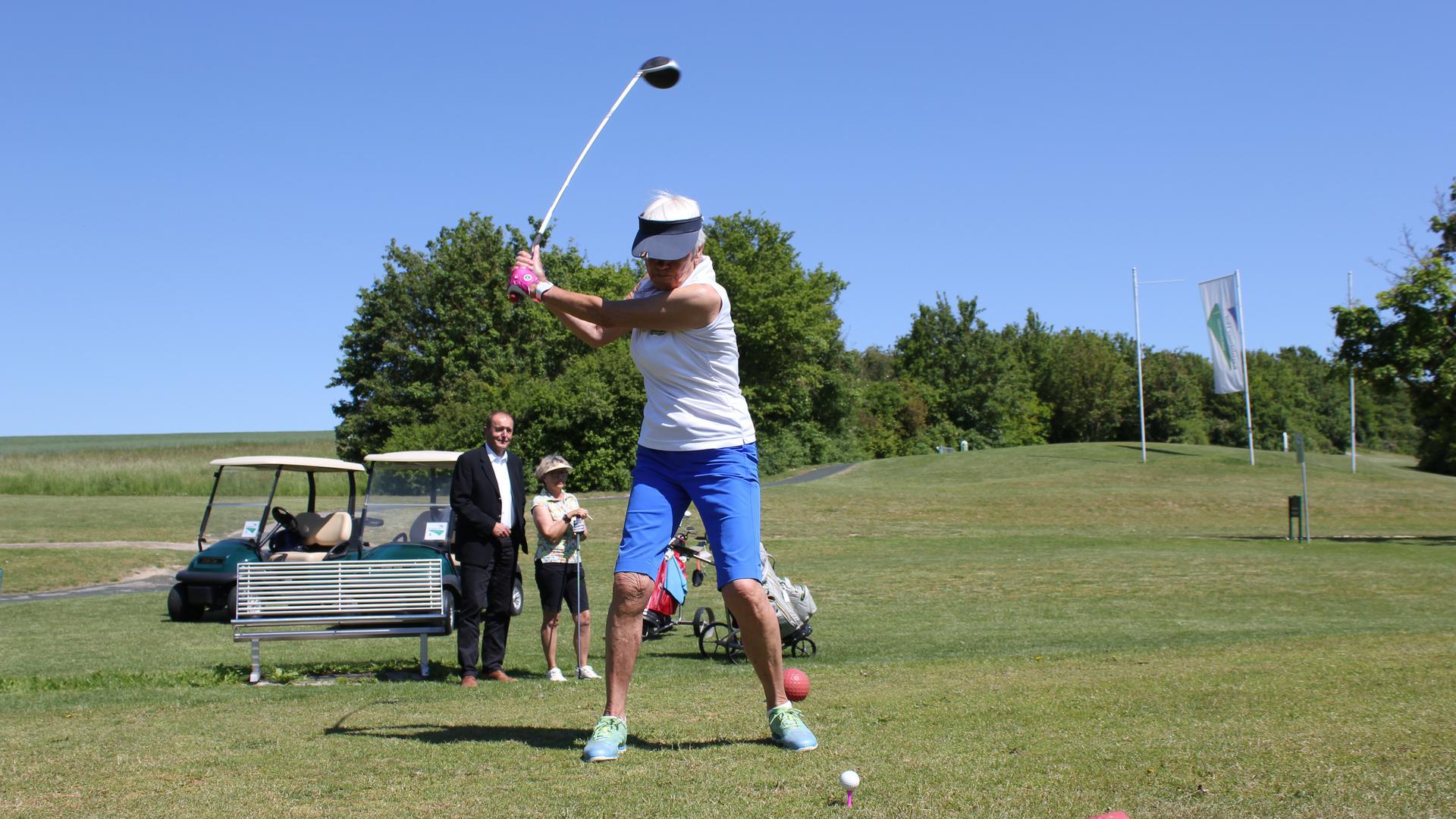 Am Ball: Auf allen 18 Bahnen des Golfplatzes auf dem Karlshäuser Hof kann inzwischen gespielt werden. In vier Wochen sollen die Sanierungsarbeiten, die die Betriebsgesellschaft unter Geschäftsführer Bernard Olujic (hinten links im Bild) in Auftrag gegeben hat, abgeschlossen sein.