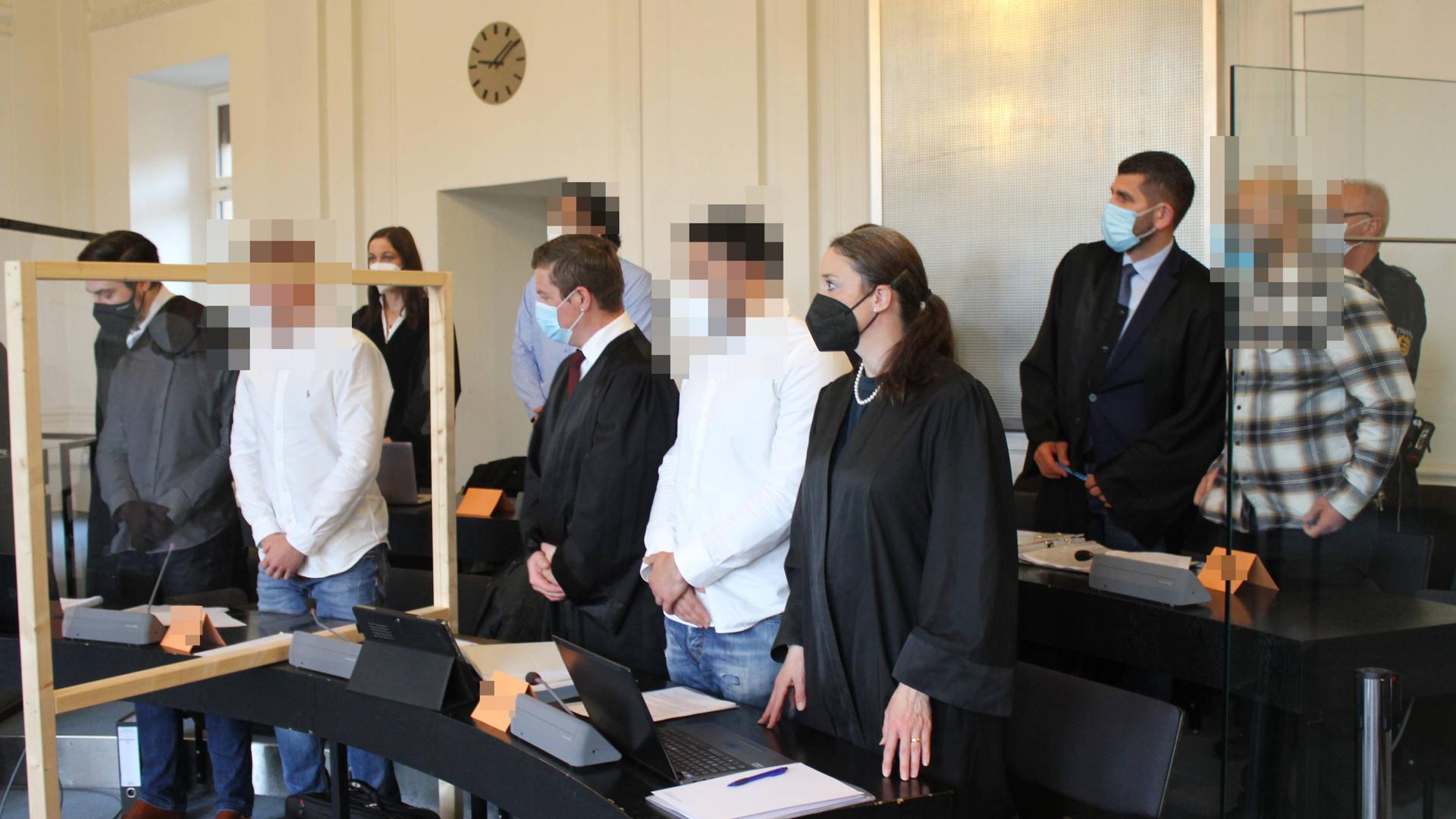Prozessauftakt: In acht Verhandlungstagen will die Schwurgerichtskammer am Landgericht Karlsruhe klären, ob fünf junge Männer aus Pforzheim und Enzkreis des versuchten gemeinschaftlichen Totschlags schuldig sind.